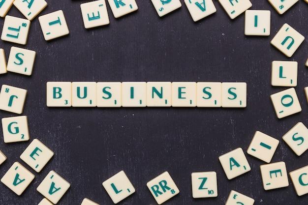 Vista de ángulo alto de texto de negocios en letras scrabble