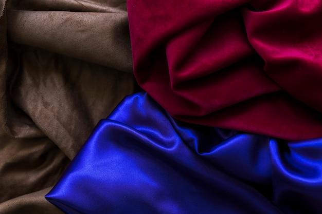 Vista de ángulo alto de tres cortinas de seda coloridas