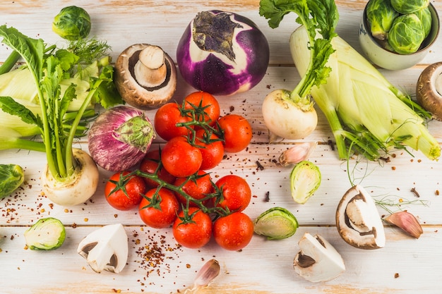 Vista de ángulo alto de verduras crudas en superficie de madera