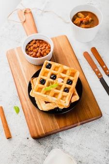 Vista de ángulo alto de waffle con arándanos