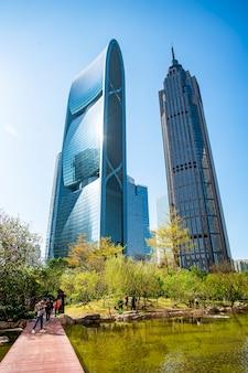 Una vista de ángulo bajo de edificio comercial en guangzhou, china,