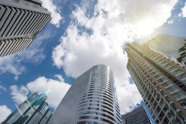 Vista de ángulo bajo en edificios de gran altura