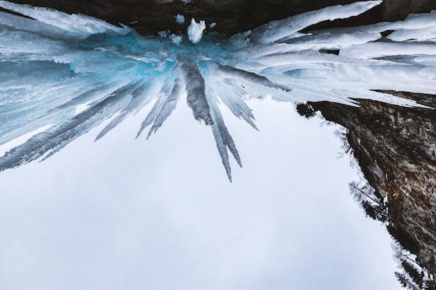 Vista de ángulo bajo de estalactita de cristal
