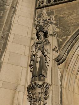 Vista de ángulo bajo de una estatua en el exterior del museo de bellas artes de montreal, montreal, quebec, ca