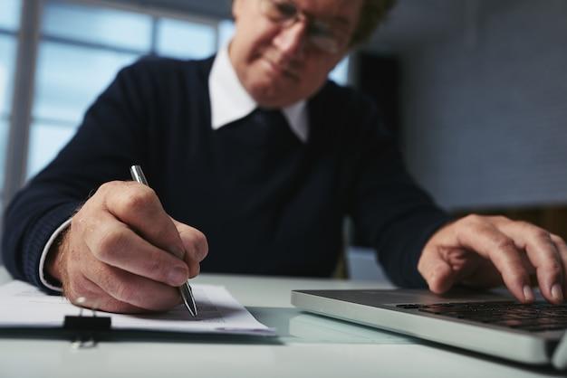 Vista de ángulo bajo del hombre escribiendo ideas