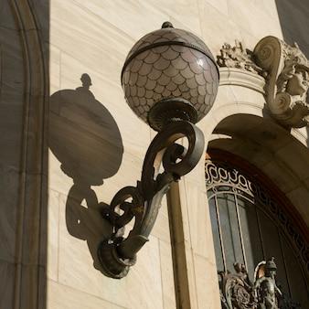 Vista de ángulo bajo de lamppost fuera del museo de bellas artes de montreal, montreal, quebec, canadá