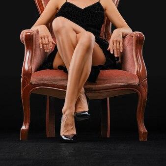 Vista de ángulo bajo de piernas femeninas perfectas en tacones de aguja