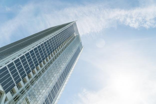 Vista de ángulo bajo de un rascacielos en cloudscape