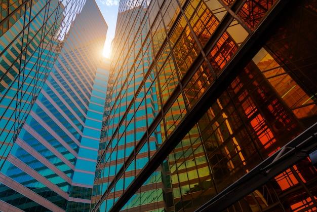 Vista de ángulo bajo de rascacielos