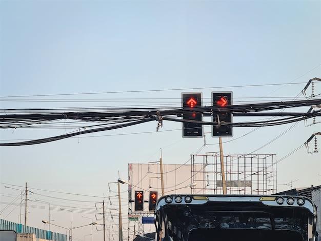 Vista de ángulo bajo el semáforo en rojo en la intersección en tailandia