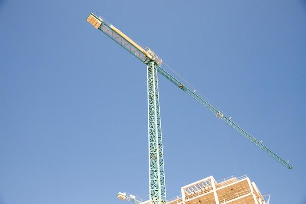 Vista de ángulo bajo del sitio de construcción contra el cielo azul