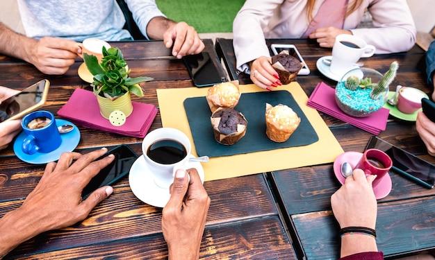 Vista de ángulo superior de personas con teléfonos en el restaurante cafetería