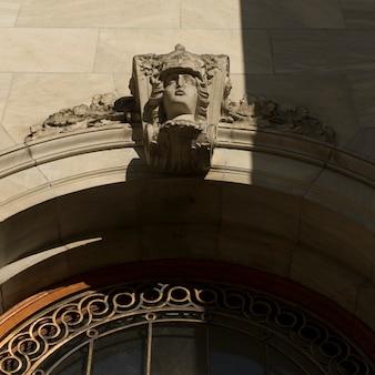 Vista de ángulo bajo de talla en la pared exterior del museo de bellas artes de montreal, montreal, quebec