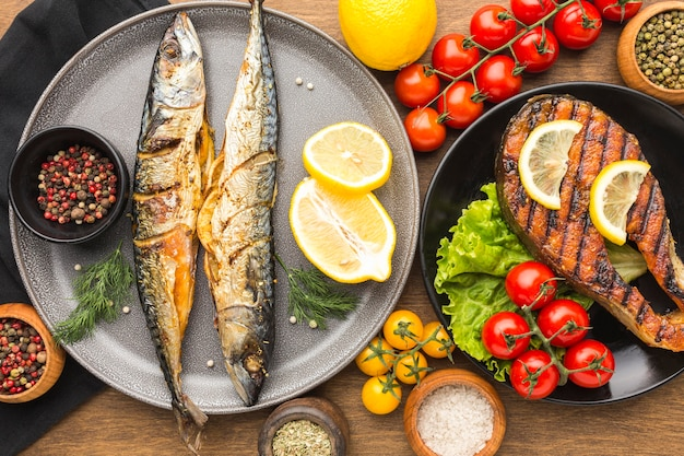 Vista anterior delicioso pescado ahumado en placa