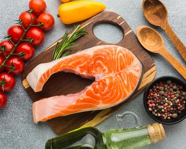 Vista anterior de salmón sobre tabla de madera