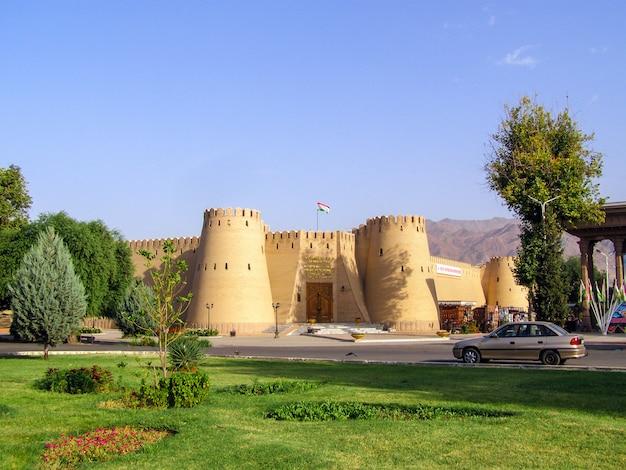 Vista de la antigua fortaleza y el museo histórico de la ciudad de khujand, tayikistán