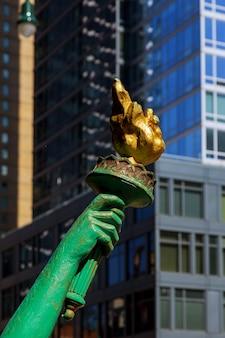 Vista de la antorcha de la estatua de la libertad en liberty new york city.