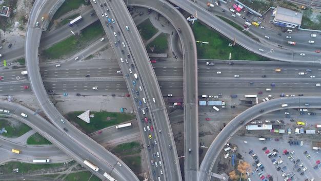 Vista de arriba hacia abajo del tráfico del día del camino del paso elevado en kiev