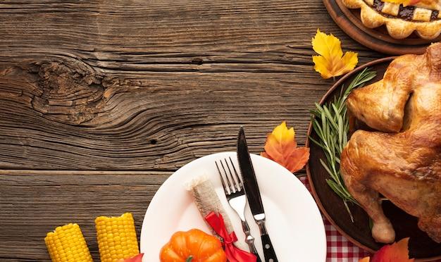 Vista arriba arreglo con deliciosa comida sobre fondo de madera