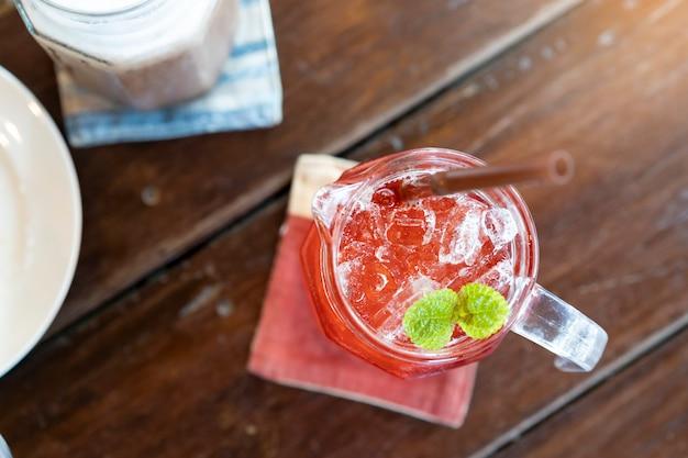 Vista desde arriba, las bebidas de té frío se colocan sobre la mesa en el restaurante.