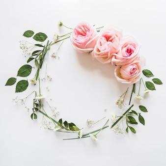 Vista desde arriba de una corona de rosas