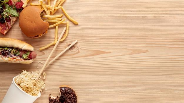 Vista de arriba decoración de alimentos con fondo de madera