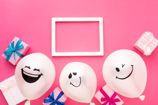 Vista de arriba decoración de fiesta con marco blanco y globos