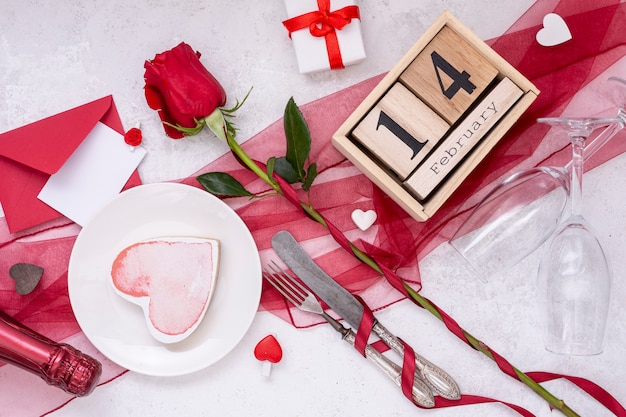 Vista de arriba decoración con forma de corazón y rosa
