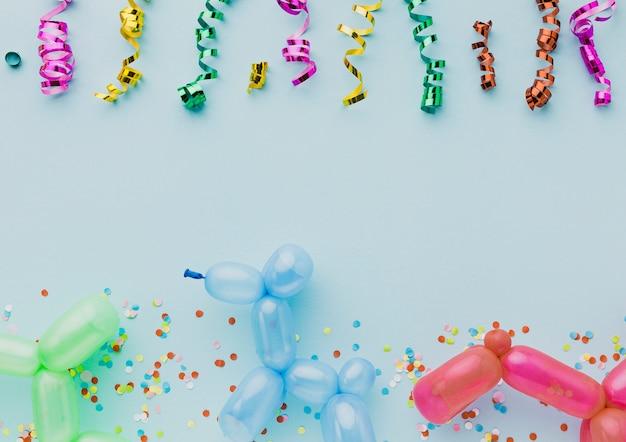 Vista de arriba decoración con globos y confeti de colores.