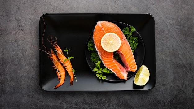 Vista de arriba decoración con salmón en bandeja