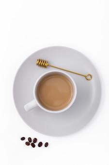 Vista de arriba decoración con taza de café y frijoles