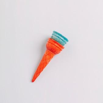 Vista de arriba de dos conos de helado vacíos aislados en el fondo blanco