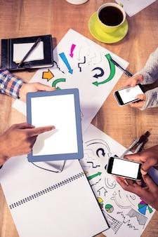 Vista de arriba del equipo creativo del negocio que trabaja en el escritorio en la oficina