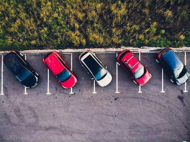 Vista desde arriba del estacionamiento de vehículos vehículos completos.