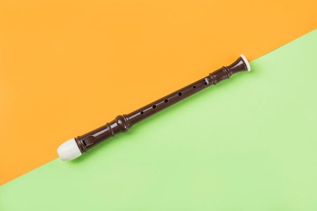Una vista desde arriba de la flauta de bloque en doble fondo naranja y verde