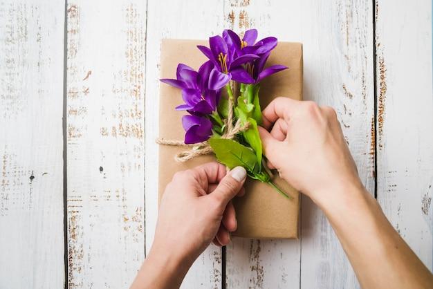 Una vista desde arriba de flores púrpuras falsas en el paquete atado con una cuerda