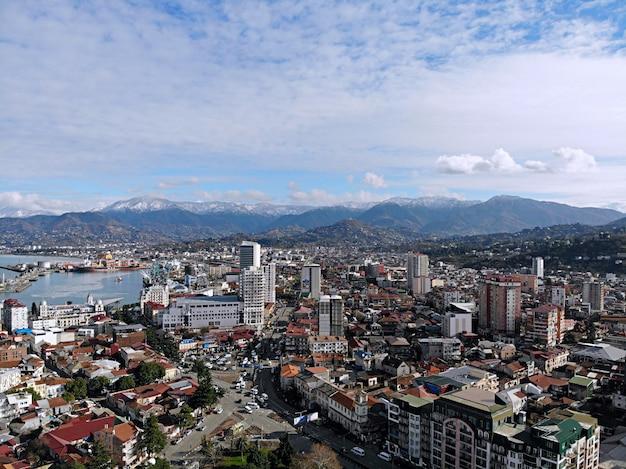 Vista desde arriba del paisaje urbano y el horizonte