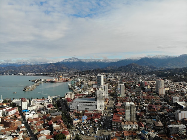 Vista desde arriba del paisaje urbano con montañas