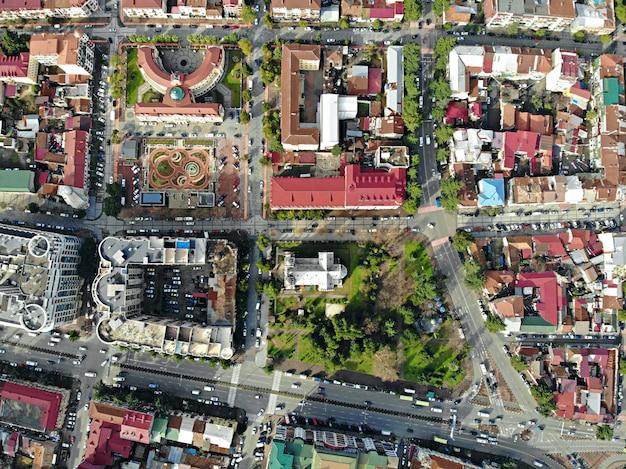 Vista desde arriba del paisaje urbano y varillas