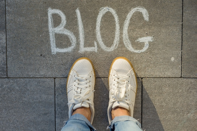 Vista desde arriba, pies femeninos con blog de texto