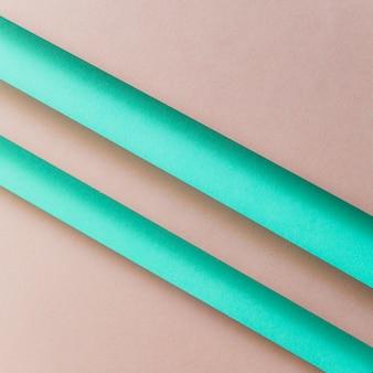 Una vista desde arriba de las rayas de papel turquesa sobre el fondo marrón