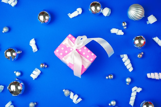 Vista desde arriba de un regalo decorado con lazo