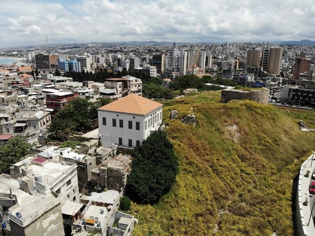 Vista desde arriba sobre el líbano. país de asia occidental y medio oriente que también se llama república libanesa. foto aérea creada por drone. a muchas cosas que hacer y a muchos lugares para ir de turismo.