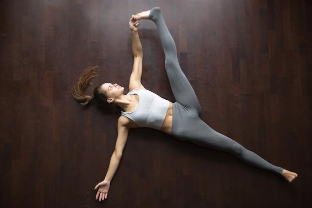 Vista desde arriba. supta padangushthasana yoga pose