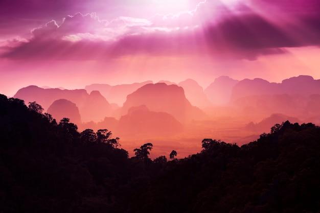 Vista del atardecer de las bellas montañas.