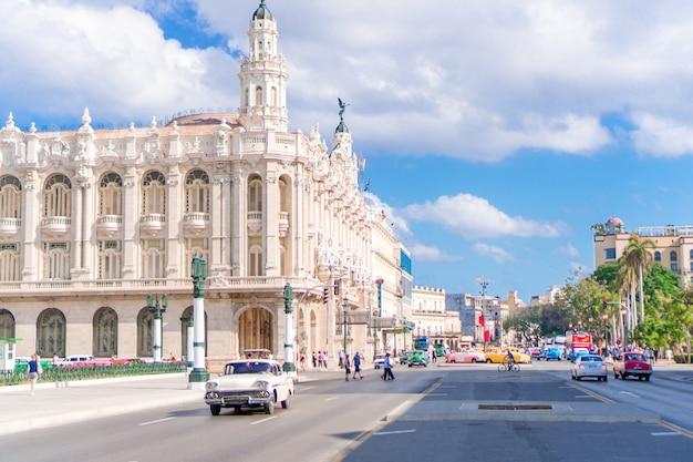 Vista auténtica de una calle de la habana vieja con edificios antiguos y automóviles