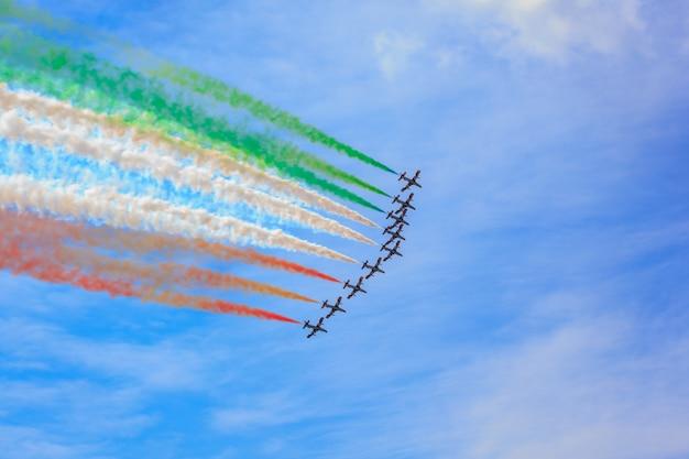 Vista del avión militar italiano llamado frecce tricolore