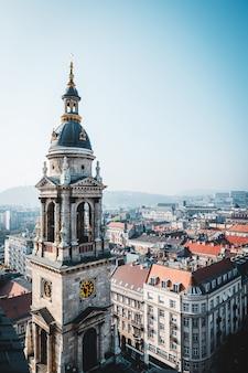 Vista de la azotea. de la basílica de san esteban en el centro de budapest y una torre del reloj