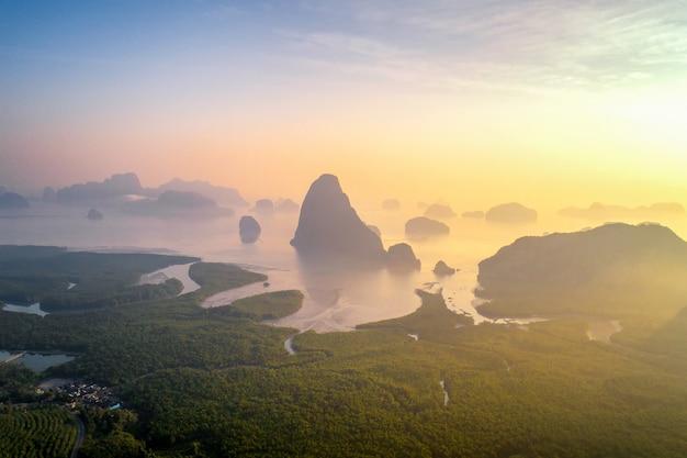 Vista de la bahía de phang nga desde el punto de vista de samet nangshe, tailandia