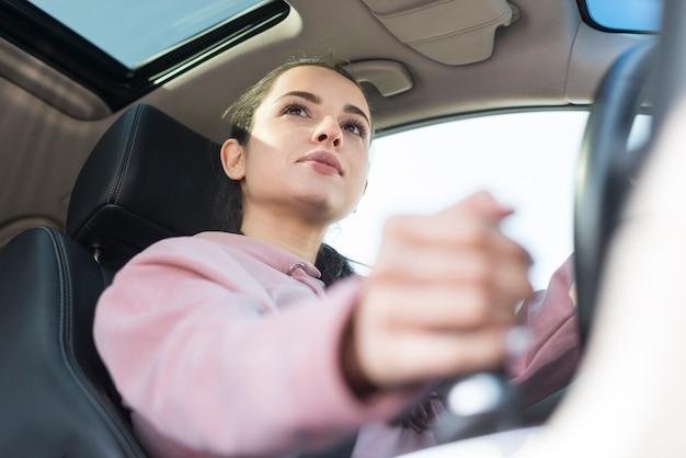 Vista baja del conductor cambiando los engranajes